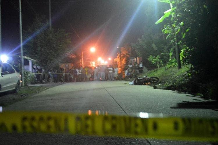 Vecinos observan el cuerpo de Fernando Hernández, quien fue ultimado en la colonia El Progreso, Puerto Barrios. (Foto Prensa Libre: Dony Stewart)