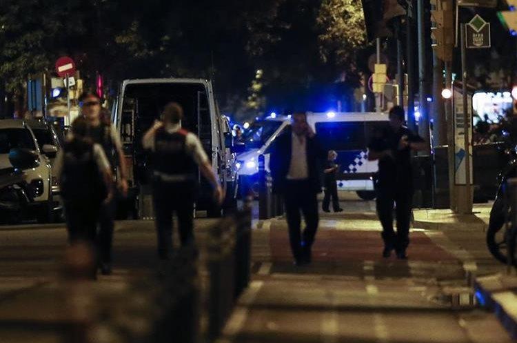 """Una furgoneta aparcada cerca de la basílica de la Sagrada Familia provocó un susto de bomba que, resultó ser una """"falsa alarma"""".(AFP)."""
