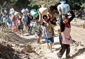 Mujeres de  comunidades de Todos Santos Cuchumatán, Huehuetenango, se abastecen de agua de riachuelos por falta de un sistema de agua entubada.