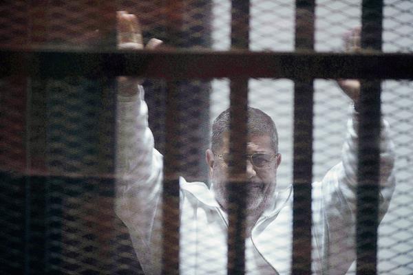 El expresidente egipcio Mohamed Mursi, durante un juicio en marzo de 2015. (Foto Prensa Libre:EFE)