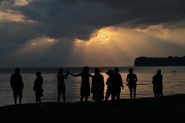 Cuando amanecía en Livingston, Izabal, este domingo, una pareja se comprometió para formar una familia. (Foto Prensa Libre: Dony Stewart)