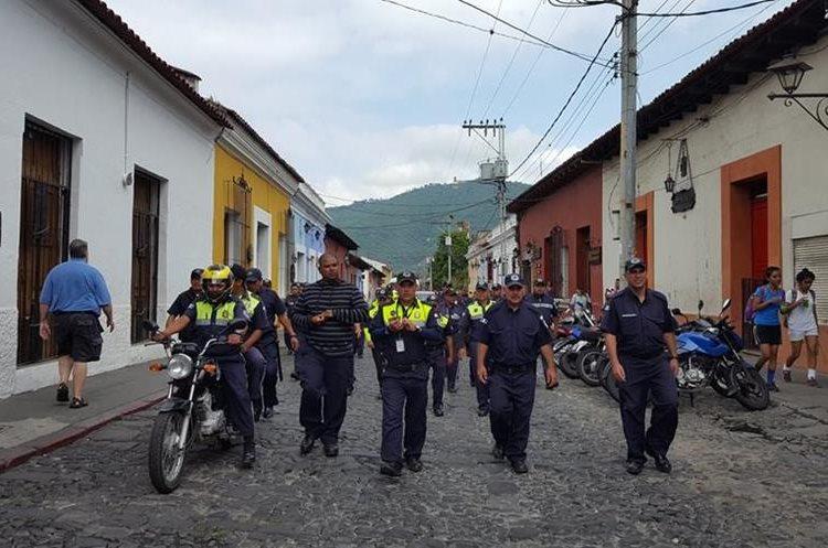 Los agentes de PMT que exigen pagos extras caminan por una de las calles de Antigua. (Foto Prensa Libre: Julio Sicán)