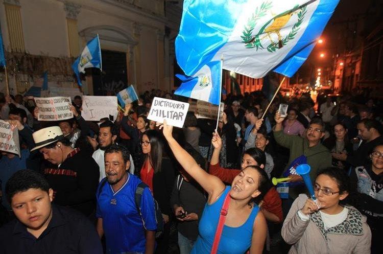 La manifestación se extendió hasta la noche, frente al Congreso de la República.