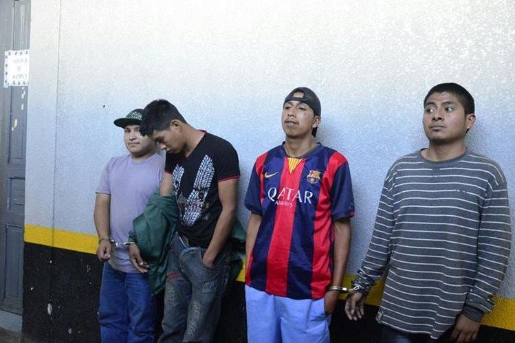 Los cuatro capturados son trasladados a una subestación policial en Xela. (Foto Prensa Libre: PNC)