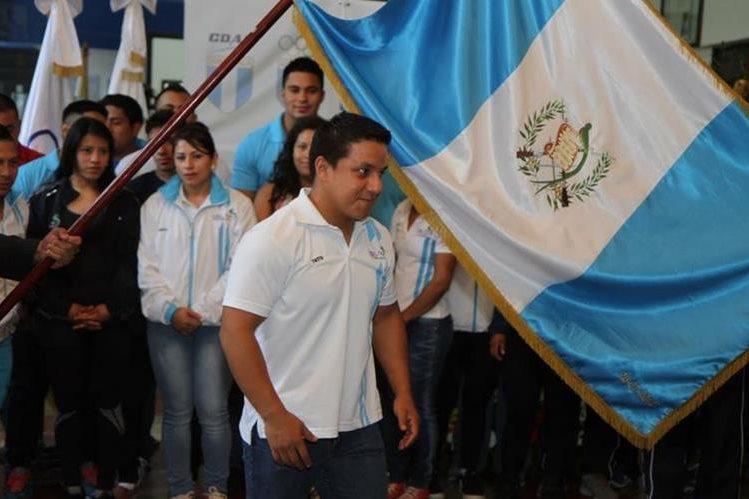 Óscar Valdizón, seleccionado de pesas, durante la juramentación antes de viajar a Colombia, en junio. (Foto Cog).