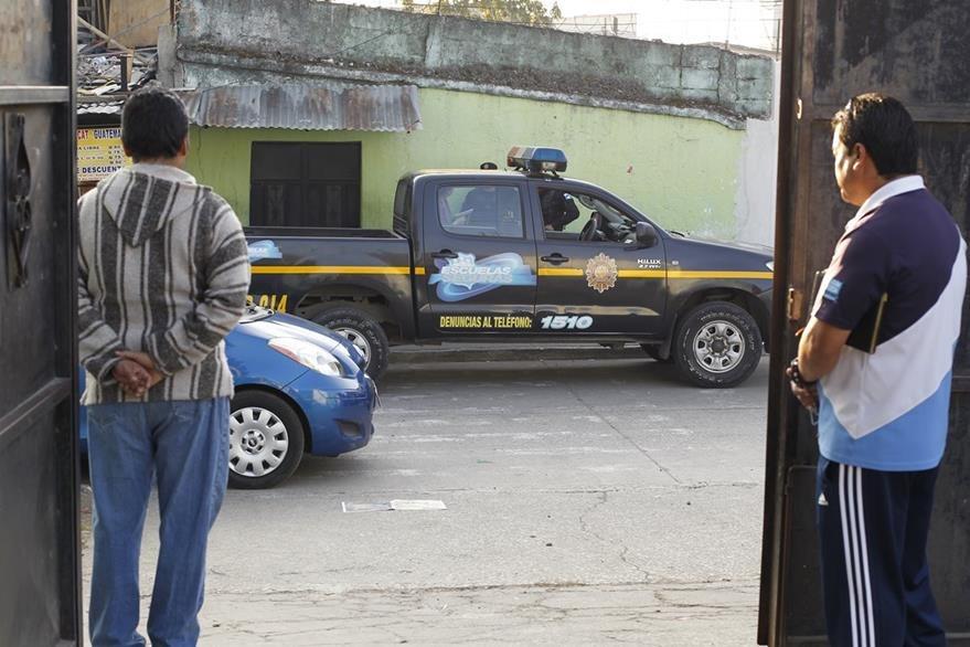 En zonas rojas la PNC otorga seguridad perimetral a los estudiantes.(Foto Prensa Libre: Paulo Raquec)