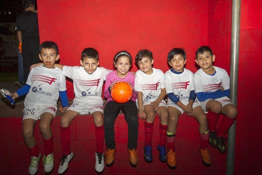 Adriana comparte  junto a sus compañeros del equipo el FC Sancris con quienes ha ido alimentando el amor al futbol. (Foto Prensa Libre: Norvin Mendoza)
