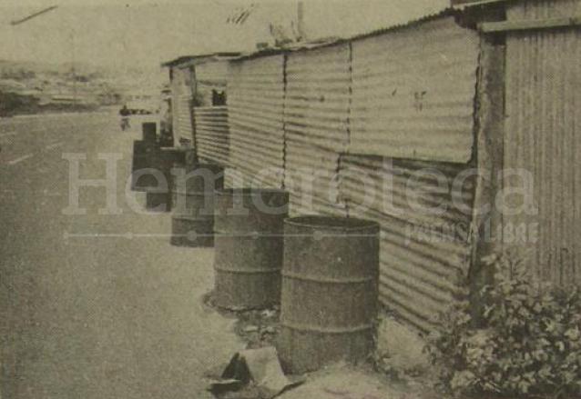 Toneles instalados en las covachas en inmediaciones del Puente del Incienso. (Foto: Hemeroteca PL)