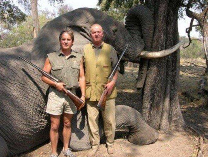 El rey Juan Carlos de España (der.) en una imagen que le causó rechazo social en el 2006.(Foto: redes).