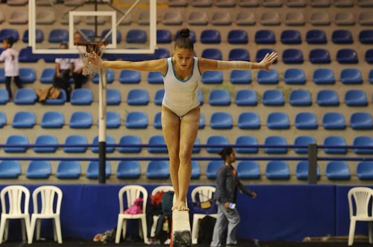 La gimnasta guatemalteca cumple con un entrenamiento en el gimnasio Teodoro Palacios Flores.