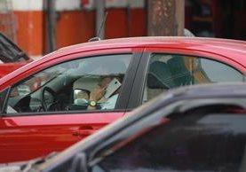 Perder la concentración mientras se maneja es una de las principales causas de accidentes de tránsito en la capital. (Foto Prensa Libre: Estuardo Paredes)