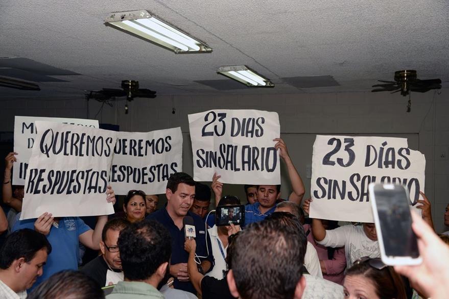 Trabajadores de Tiempo protestan porque no han recibido salario desde que se anunció el cierre de las empresas vinculadas a la empresa Rosenthal. (Foto Prensa Libre: AFP).