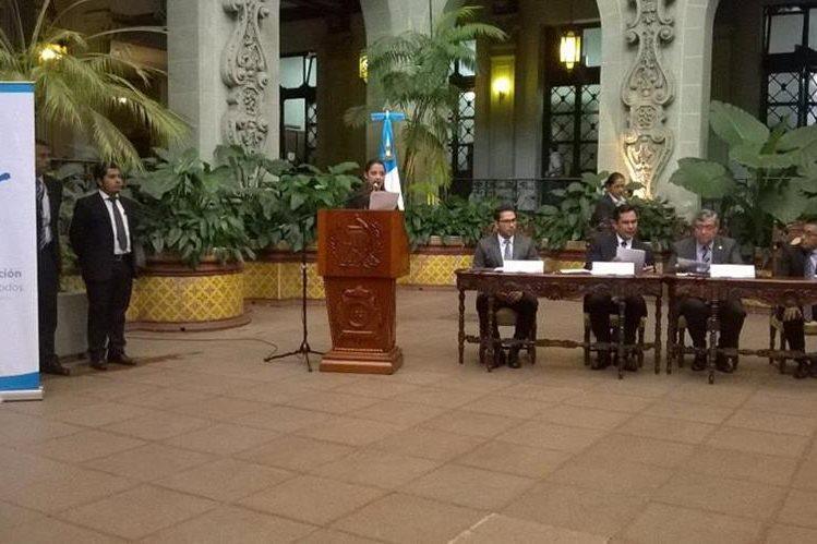Vicepresidente Jafeth Cabrera y autoridades del Ministerio de Cultura presentan el programa Bienestar Integral, en el Palacio Nacional de la Cultura. (Foto Prensa Libre: AGN)