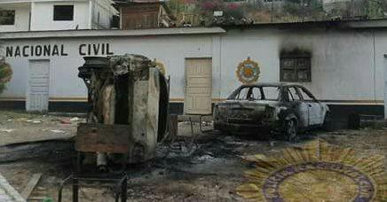 Un grupo de pobladores quemó la sede policial, dos vehículos y una motocicleta, en Aguacatán, Huehuetenango. (Foto Prensa Libre: Mike Castillo)