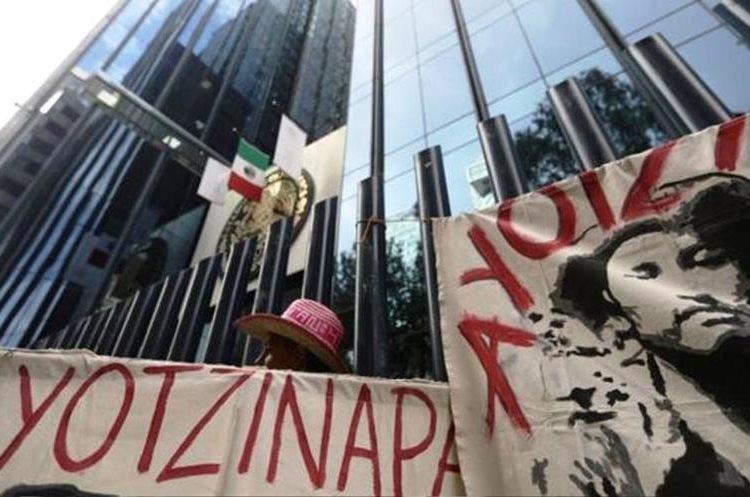 Activistas y abogados relacionados con las familias de los 43 estudiantes desaparecidos de Ayotzinapa están entre los afectados por el