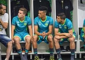 El jugador Helio Neto, sobreviviente de la tragedia del 28 de noviembre, conversa con los nuevos jugadores de Chapecoense. (Chapecoense)