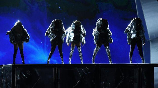 La persona que aparece en el centro cayó hacia atrás y desapareció del escenario, en referencia a Camila Cabello, que abandonó Fifth Harmony a finales de año. (GETTY IMAGES)
