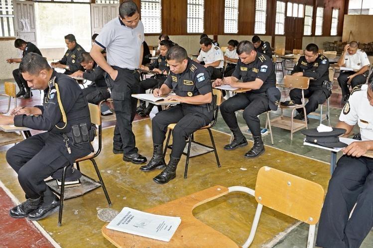 Agentes de la PNC de Petén se capacitan para conocer acerca de cómo tratar a pobladores de varios municipios. (Foto Prensa Libre: (Rigoberto Escobar)