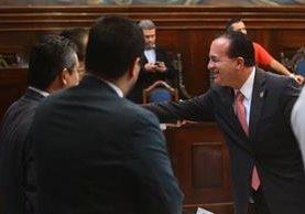 Ministro de Agricultura saluda a los diputados que integran la Comisión Pesquisidora. (Foto Prensa Libre: Álvaro Interiano)