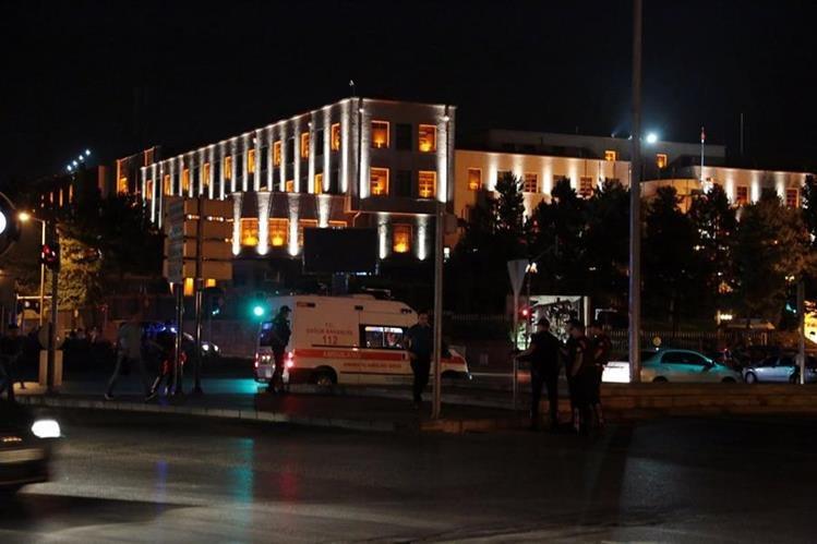 Oficiales de la Policía resguardan una de las calles de Ankara. (Foto Prensa Libre: AP).
