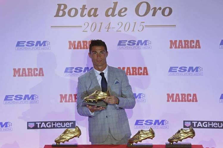 Cristiano Ronaldo posa con su cuatro Botas de Oro tras recibir la última hoy. (Foto Prensa Libre: AP)