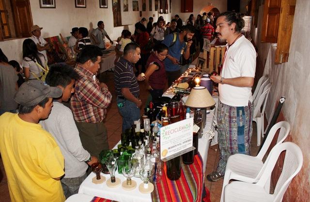 Artistas chichicastecos venden productos hechos con material reciclable. (Foto Prensa Libre: Óscar Figueroa)