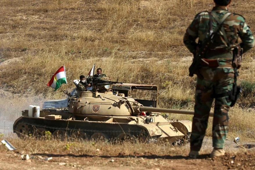 Un tanque kurdo toma posición contra el EI. (Foto Prensa Libre: AFP)