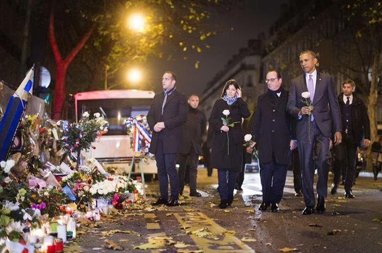 El presidente de Francis, Francois Hollande junto a Barack Obama, expresidente de EE. UU., durante una visita que hicieron a la sala de conciertos Bataclán, donde ocurrió uno de los peores atentados perpetrados en Francia que dejó 130 muertos. (Foto Prensa Libre: Hemeroteca PL).