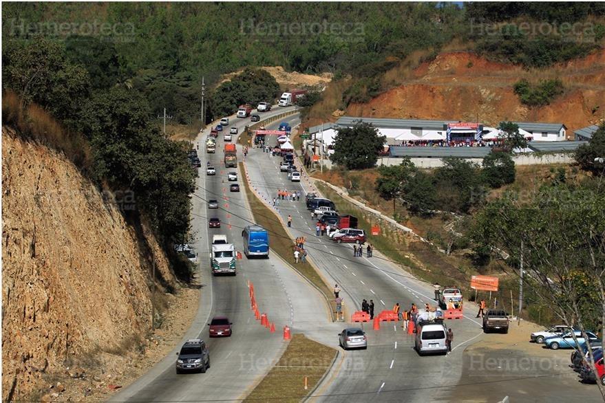 El mandatario Alvaro Colom rebautizó la carretera al Atlántico con el nombre del expresidente Jacobo Árbenz, el 12/1/2012. (Foto: Hemeroteca PL)