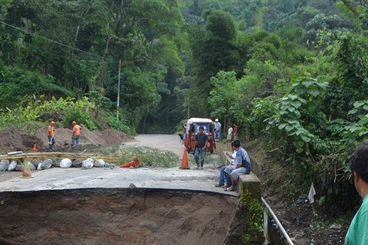 Lugar donde ocurrió el hundimiento en la ruta hacia El Palmar, Quetzaltenango. (Foto Prensa Libre: Jorge Tizol)