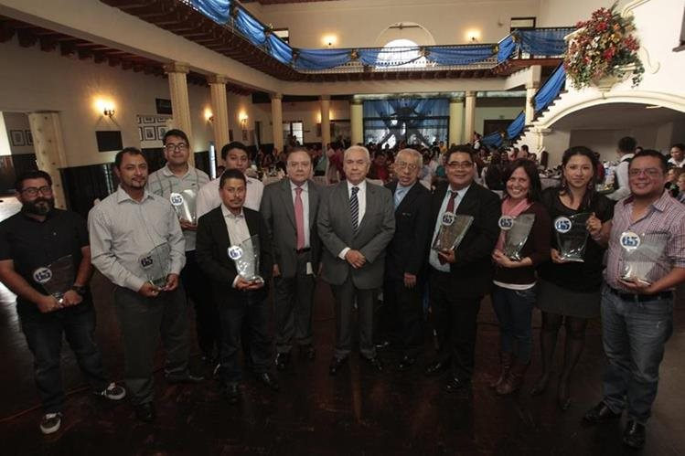Los galardonados, junto a Miguel Ángel Méndez Zetina, director editorial; Mario Antonio Sandoval, vicepresidente; y Gerardo Jiménez, editor general. (Foto Prensa Libre: Carlos Hernández)