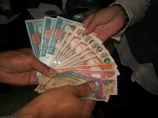 Disponer de efectivo puede ser una excelente manera de evitar el gasto excesivo. (Foto Prensa Libre: Hemeroteca PL)