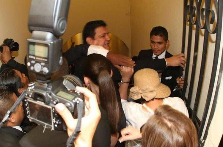 El diputado Ernesto Galdámez agredió a un guardia parlamentario en su insistencia por abrir una puerta que limitaba el ingreso de personas al Palacio Legislativo.