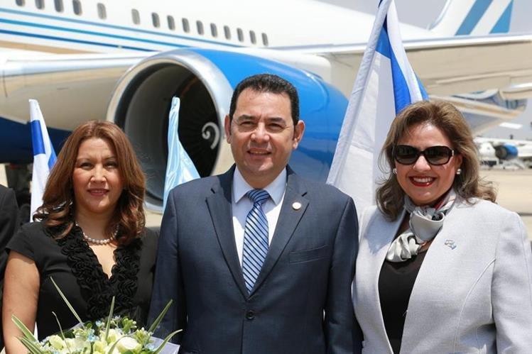 El presidente Jimmy Morales y la canciller Sandra Jovel ocultan información sobre el viaje a Israel, para el traslado de la embajada a Jerusalén. (Foto Prensa Libre: @IsraelinGT)