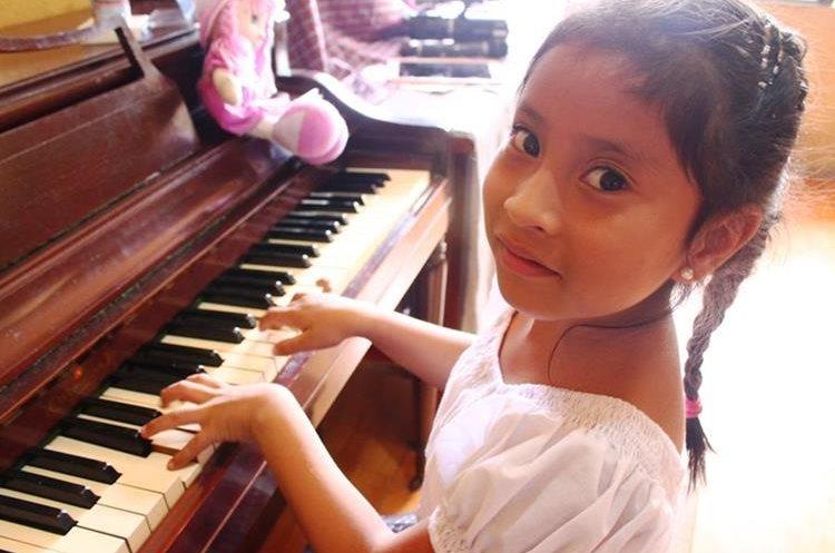 Yahaira Tubac aprendió a tocar el piano desde los 2 años y medio. (Foto Prensa Libre: Beatriz Tercero)