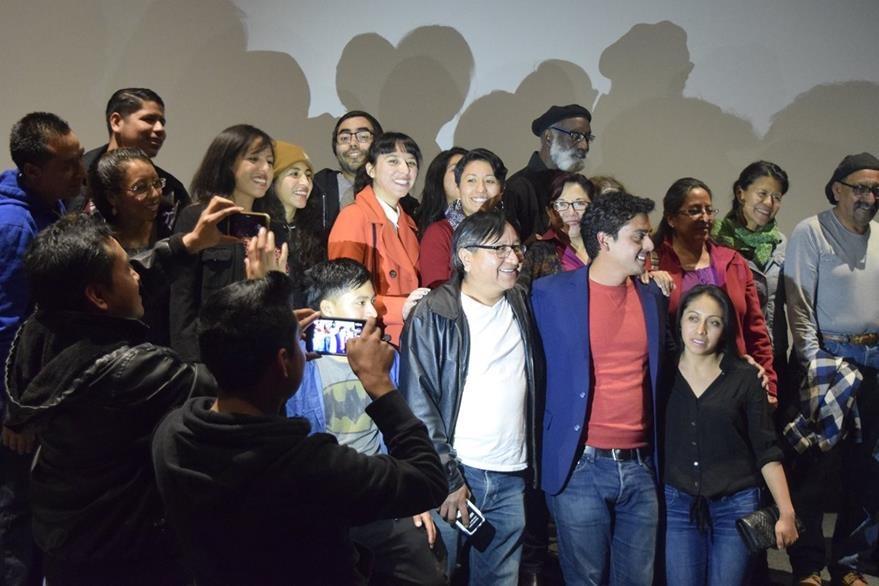 Compatriotas guatemaltecos aprovecharon la oportunidad para tomarse fotos con el director Jayro Bustamante. (Foto Prensa Libre: Giovanni Bautista).