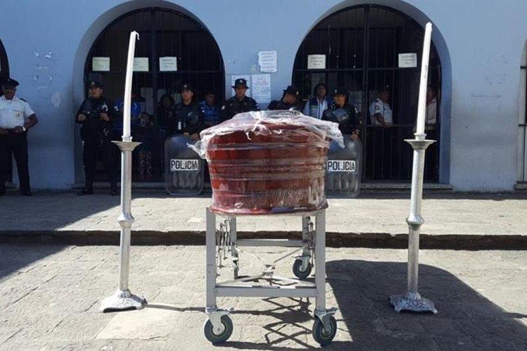 Familiares de Rosa María Paxzán Cubal colocaron un ataúd en la entrada del Hospital Nacional Pedro de Betancourt de Antigua Guatemala, para repudiar su muerte. (Foto Prensa Libre: Julio Sicán)
