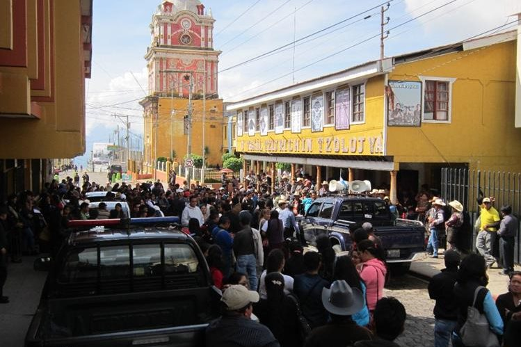 Maestros se manifiestan en Sololá para exigir recursos. (Foto Prensa Libre: Ángel Julajuj)