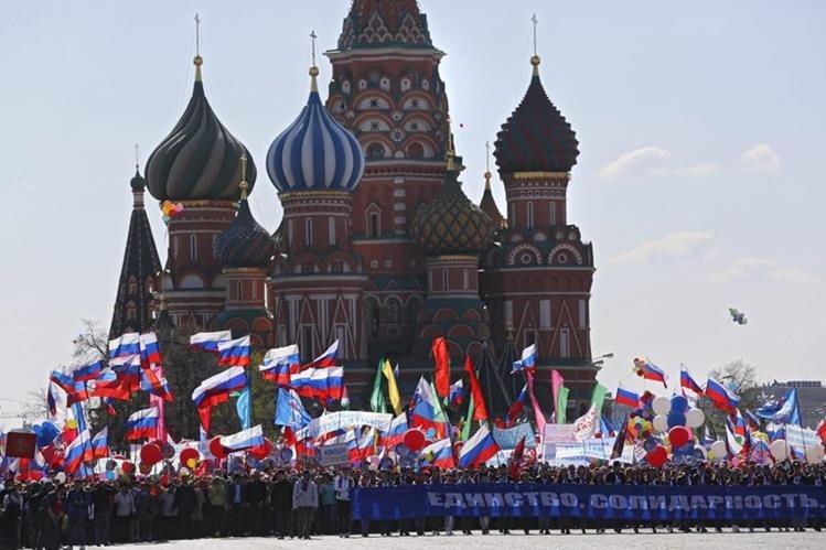 En Rusia, un enorme cartel resalta la unidad, solidaridad y derechos. (Foto Prensa Libre: EFE)