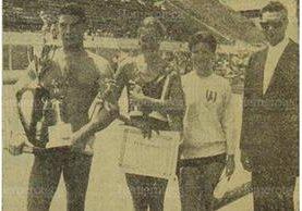 Los nadadores Guillermo Gomar, Penny Turn y Melle Rieckmann reciben sus trofeos el 6/10/1958, luego de haber quedado como campeones en la competencia centroamericana en la piscina Olímpica. (Foto: Hemeroteca PL)