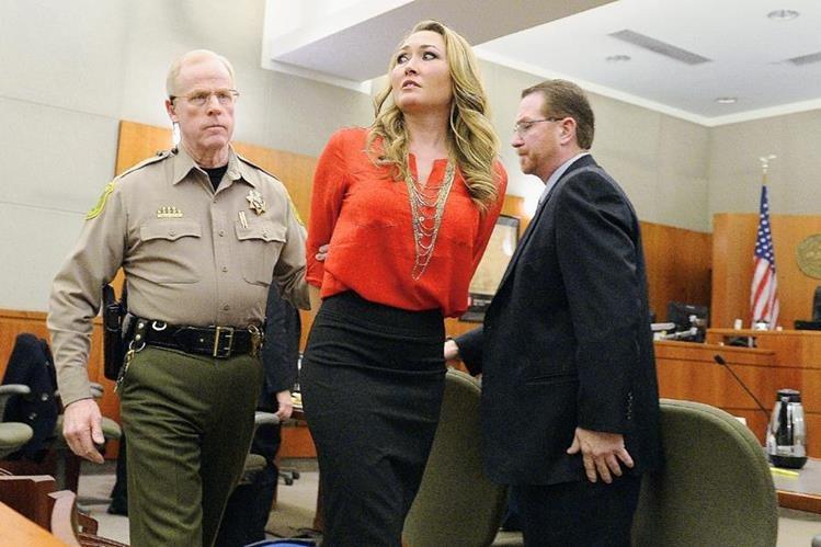 Brianne Altice es llevada en custodia durante una comparecencia judicial por el caso en enero de este año. (Foto Prensa Libre: AP).
