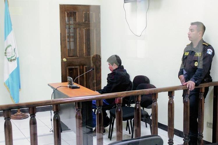 Salvador Escobar, quien fue condenado por violación, escucha la decisión del Tribunal Segundo de Sentencia de Quetzaltenango. (Foto Prensa Libre: Carlos Ventura)