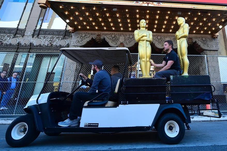 Un hombre llea estatuas para colocar a lo largo del Hollywood Boulevard (Foto Prensa Libre: AFP / Frederic J. Brown).