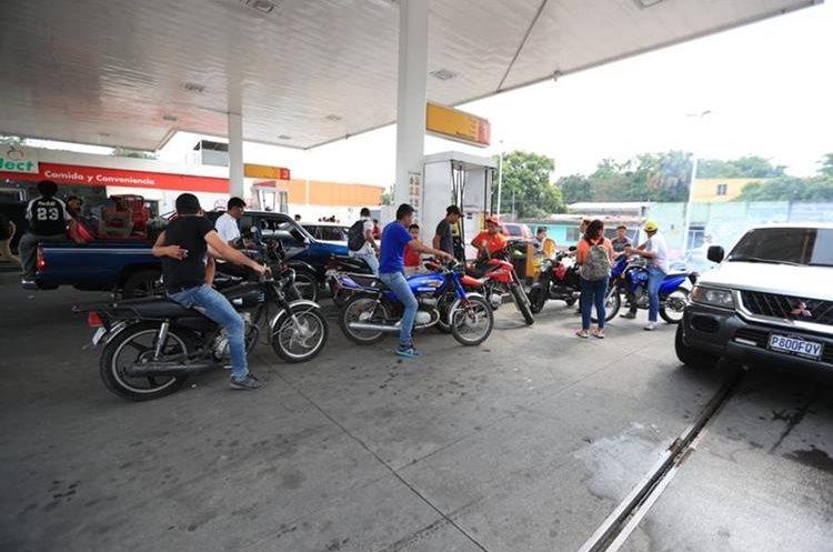 Los centros expendedores de gasolina se vieron abarrotados ante la demanda.