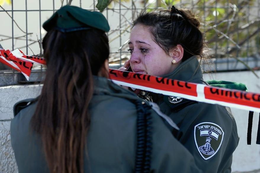 Dos guardias   fronterizas lloran por sus compañeros atropellados. (Foto Prensa Libre: AFP)