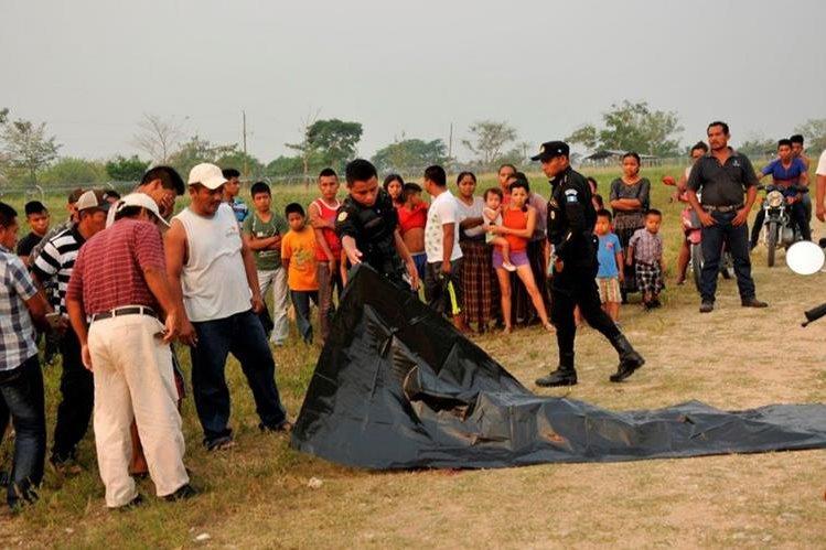 Vecinos llegan a identificar el cadáver de la víctima. (Foto Prensa Libre: Rigoberto Escobar)