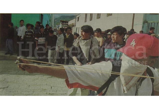 Manifestantes con el rostro cubierto lanzaron piedras con una honda a los policías que trataron de reprimir las protestas en Totonicapán el 1 de agosto de 2001. (Foto: Hemeroteca PL)