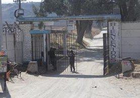 Ingreso a la prisión, donde se registró el deceso del reo, en Quetzaltenango. (Foto Prensa Libre: María José Longo).
