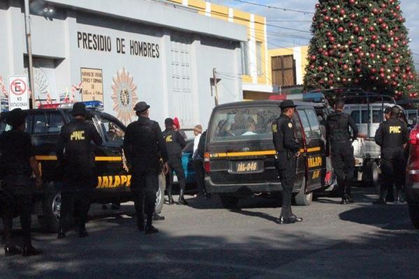 Momento en que las autoridades de Jalapa trasladan a la capital a los presunto delincuentes. (Foto Prensa Libre: Hugo Oliva)