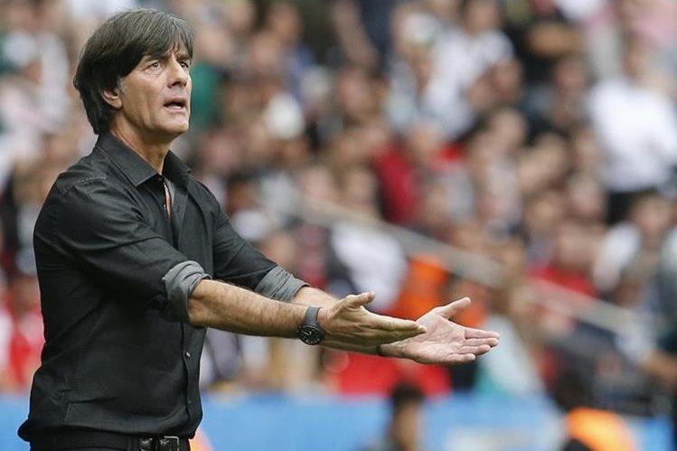 Joachim Low, técnico de Alemania, aseguró que saben a lo que se enfrentarán en el juego contra Eslovaquia. (Foto Prensa Libre:AP)
